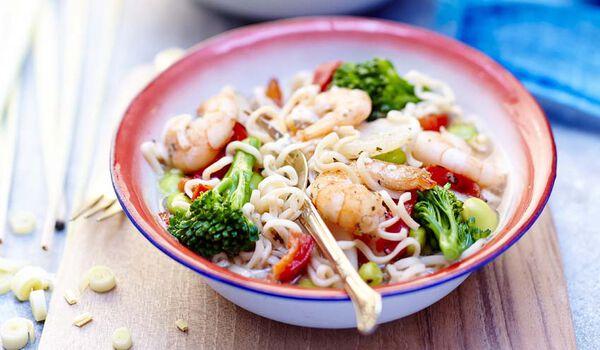Bol de nouilles aux crevettes et aux légumes