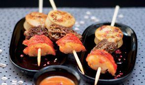 Mini-brochettes de boudin blanc, homard & morilles, sauce crustacés au Miso