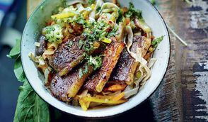 Nouilles sautées aux légumes asiatiques et canard