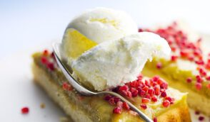 Dessert glacé à la rhubarbe et yaourt, sablé thym citron