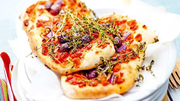 Focaccia à la tomate, olives et oignons rouges