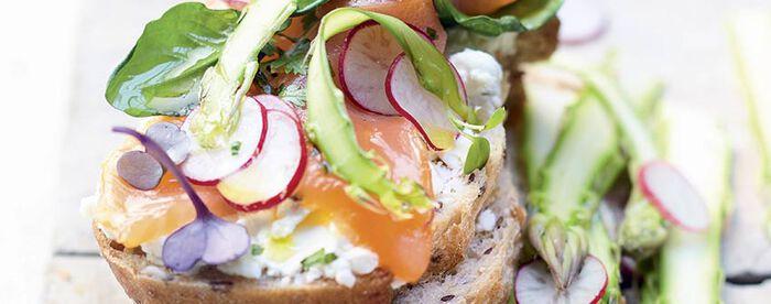 Tartine de saumon mariné aux échalotes et citron, chantilly aux herbes et pétales de légumes