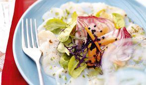 Carpaccio de Saint-Jacques, légumes colorés, caviar de hareng et vinaigrette à la bergamote
