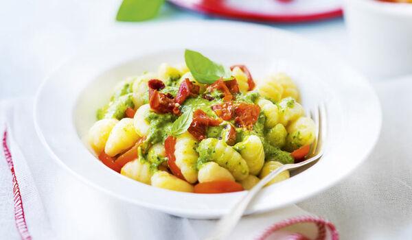 Gnocchis au pesto et tomates marinées