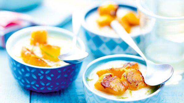 Mousse de yaourt à la grecque, pêche et mangue au miel