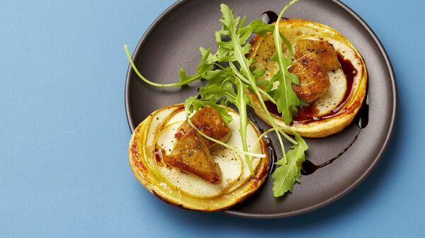 Tartelettes fines à la poire et éclats de foie gras