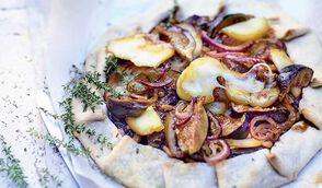 Tarte rustique aux oignons rouges, figues, scarmoza et fruits secs