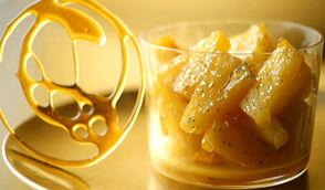 Ananas poêlés au miel, paillettes d'or et tuile de caramel très blond