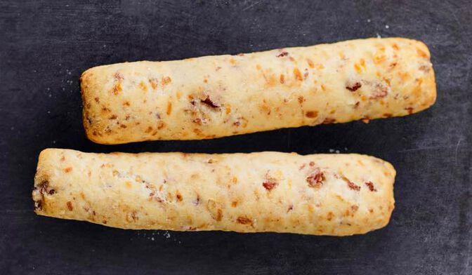2 petits pains : lardon, emmental et oignon