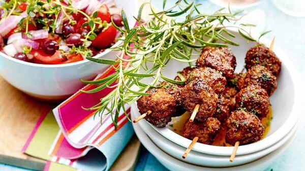 Brochettes de kefta à la menthe et salade de tomates aux oignons rouges