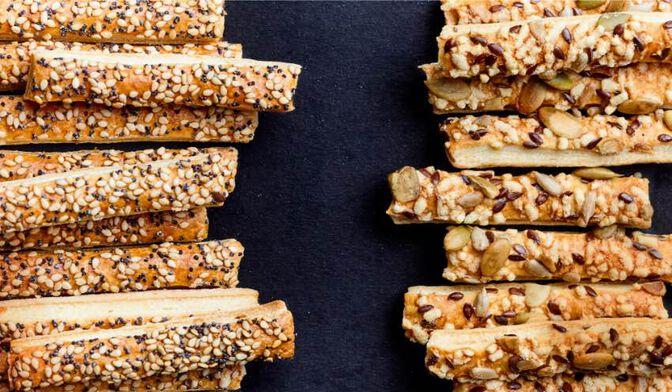Assortiment de sticks feuilletés graines-fromages, sésame-pavot
