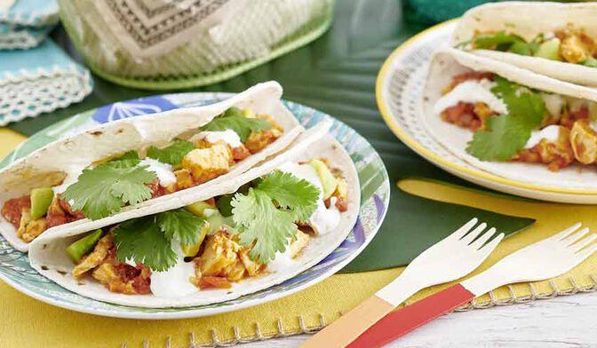 Tacos poulet et tomates épicés, sauce au yaourt et citron vert