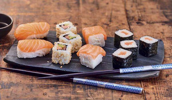 Assortiment de 12 sushi au saumon