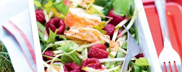 Salade de langouste à la vanille, jeunes pousses, pomme verte et framboises
