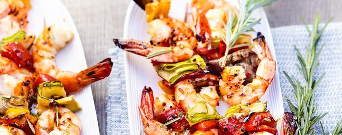 Brochettes de crevettes et légumes au romarin, sauce olive