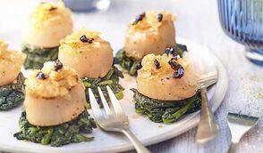 Saint-Jacques croustillantes aux chips de truffe sur nids d'épinards