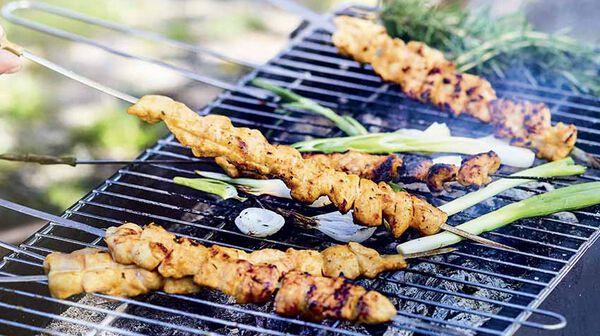Brochettes de poulet grillé mariné aux herbes, citron et moutarde