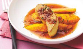 Escalopes de foie gras poêlées aux mangues, jus de porto et vinaigre balsamique