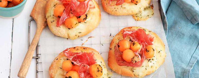 Pizza blanche au melon, coppa et basilic