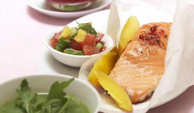 Papillotes de saumon à la mangue et salade