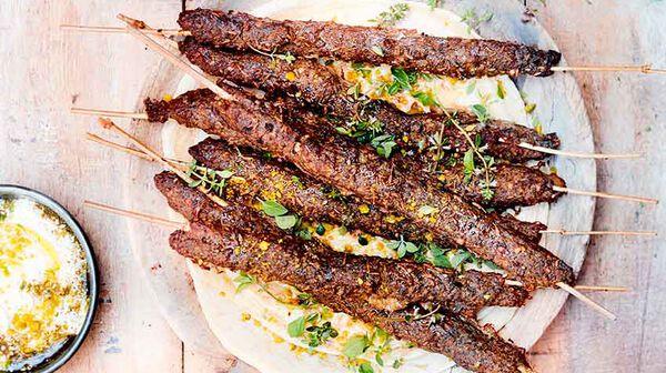 Brochettes de kefta et labneh aux pistaches