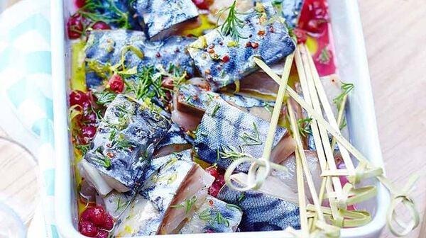 Filets de maquereaux marinés façon gravlax, sauce aux airelles