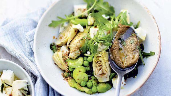 Salade de cœurs d'artichauts, légumes verts, feta et sauce à l'anchoïade