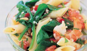 Salade de pâtes aux épinards, crevettes et pignons