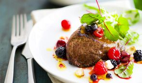 Pavés d'autruche grillés, salade aux fruits rouges