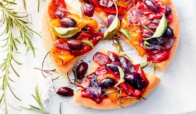 Focaccia aux poivrons, oignons rouges et olives