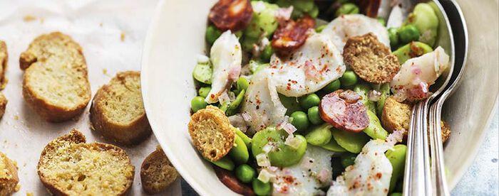 Salade de morue et garden peas, chorizo et croûtons au parmesan