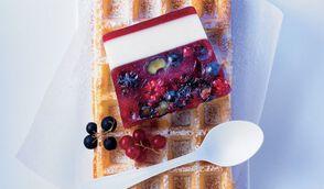 Marbré de fruits rouges et lait d'amandes en gelée