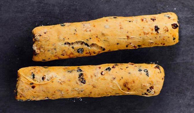 2 petits pains olive noire et tomate