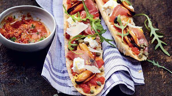 Tartines aux moules, jambon cru et parmesan