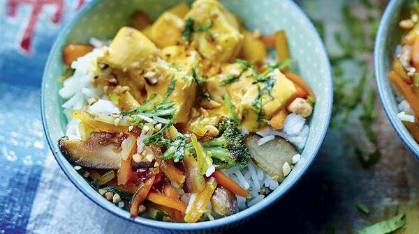 Riz sauté aux légumes asiatiques, poulet sauce cacahuètes