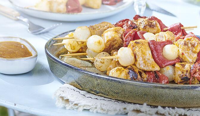 Brochettes de porc mariné, piquillos et oignons grelots