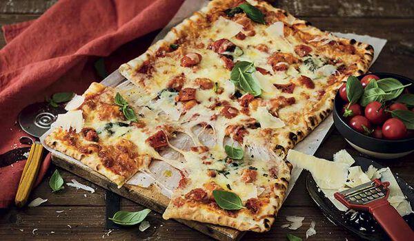 Pizza à la tomate et au basilic