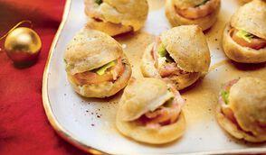 Mini-gougères au saumon et houmous