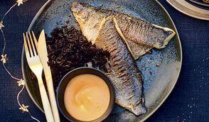 Daurade fumée, sauce crémeuse à la patate douce et riz noir vénéré