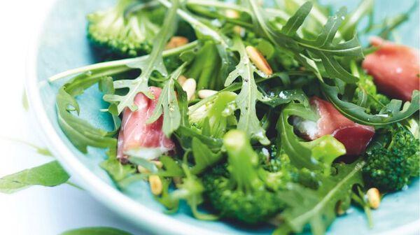 Salade de brocolis, involtinis de jambon cru et pignons de pin grillés
