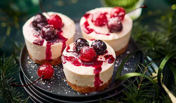 Tartes croustillantes façon cheesecake coco, compotée griottes-cannelle