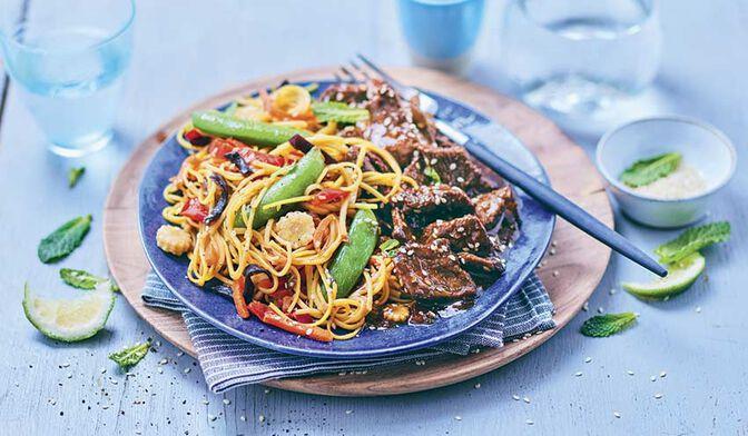 Boeuf mariné, nouilles et légumes sautés, sauce soja sésame