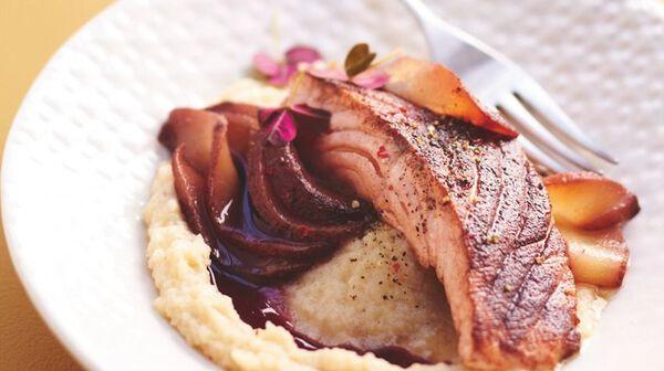 Saumon à la cannelle, purée de céleri, poire et jus au vin rouge