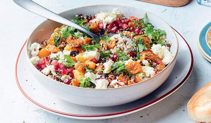 Salade lentille-quinoa, patate douce rôtie aux herbes et dukkah, grenade et feta