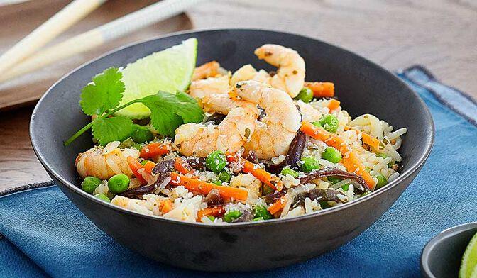 Fried rice aux légumes et crevettes au curry rouge