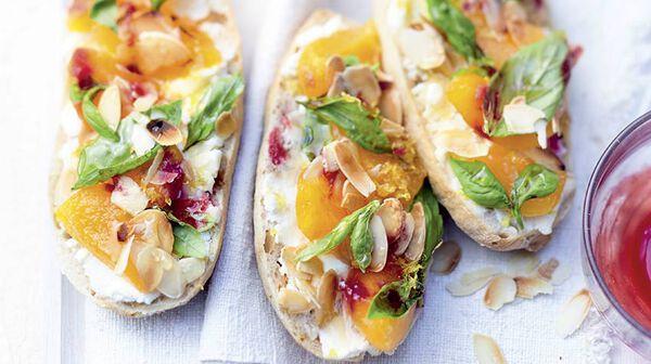 Tartine aux abricots, ricotta citronnée et miel