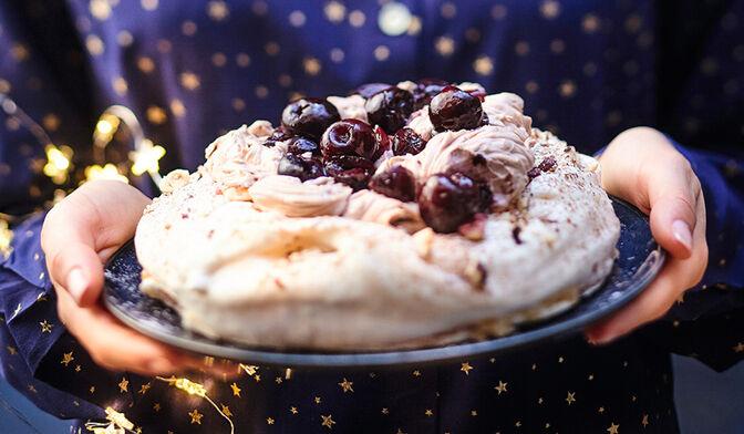 Pavlova aux cerises noires, noisettes et chocolat