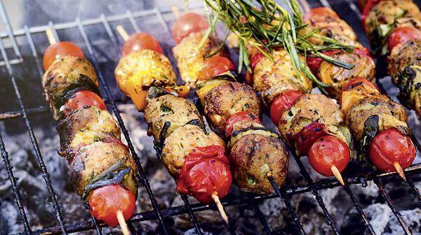 Brochettes de boulettes végétales et légumes grilles