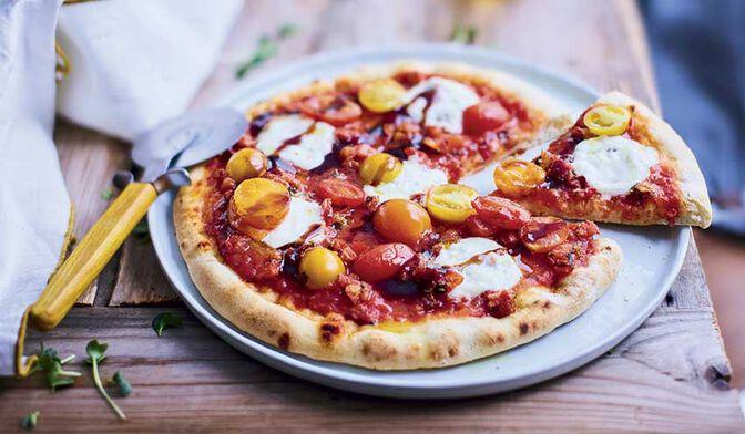Pizza tomate, burrata, vinaigre balsamique de Modène