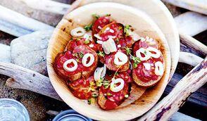 Tartines espagnoles de pain à la tomate, chorizo et petits calmars